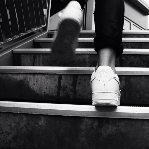 pies-subiendo