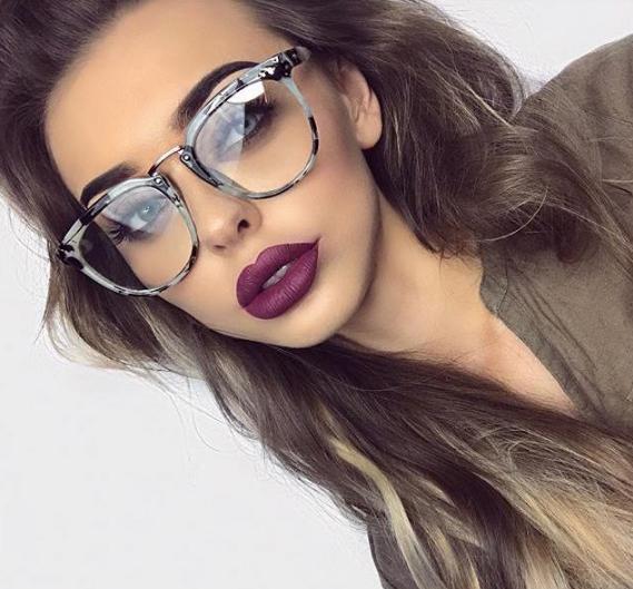 8c0923c109 Las chicas que usan estas gafas se diferencian por hacer de su cara su  mayor atractivo, haciendo que con estas gafas y un buen makeup funcione.
