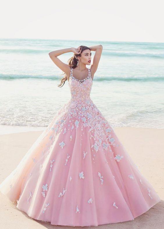 75923a358 Añade olanes o flores en la parte inferior del vestido y en la parte  superior del escote.