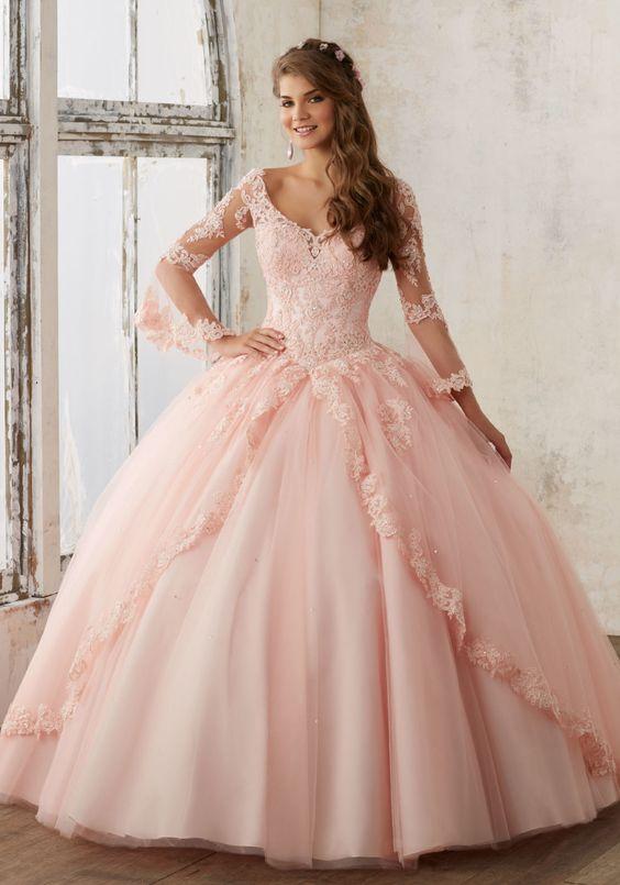 40555d40b1 Si vas a elegir un vestido que lleve joyería en la parte superior no uses  más accesorios que una tiara