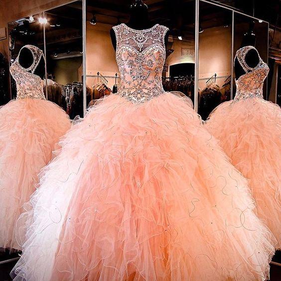 f0eb890e6 Si vas a elegir un vestido que lleve joyería en la parte superior no uses  más accesorios que una tiara