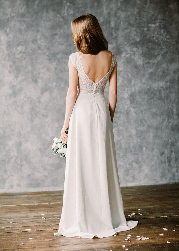 """15a5c925d9 Un escote en """"V"""" profundo que se equilibra con las mangas llenas de un  suave encaje. Míralo AQUÍ. Un vestido de novia ..."""