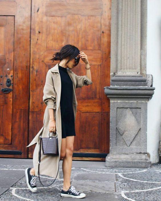 Outfit vestido negro y tennis