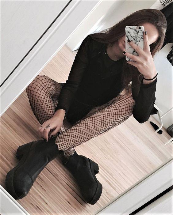 Si Lo Tuyo No Son Las Medias Completas Podrias Usar Solo Unas Fishnet Socks Estas Se Ven Increibles Con El Estilo All Black Que Trae La Chica Y Sus