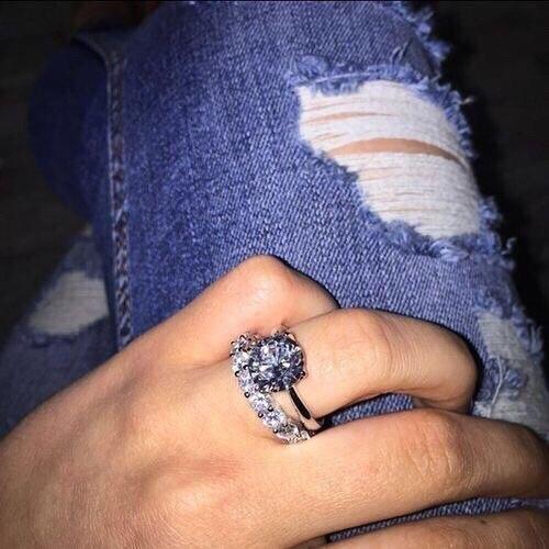 Mujer con anillo - Joyeria gonzales